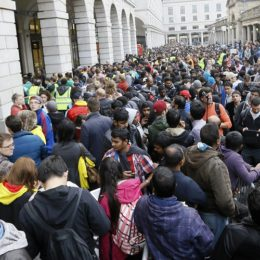 impressive queue for the iphone 6 in london